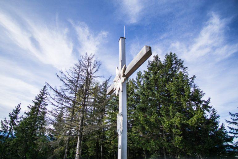 Das Gipfelkreuz des Wildbarren auf 1448 Meter Höhe