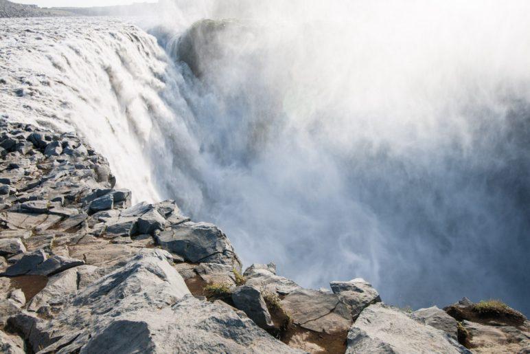 Ganz dicht am Wasserfall: Am Dettifoss im Norden von Island