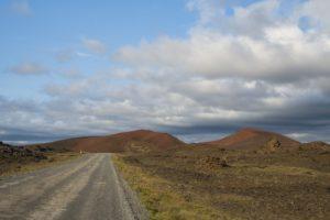 Rote Berge am Rand der Straße nach Norden