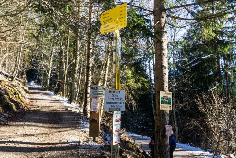 Am Abzweig zur Ritzau-Alm und Vorderkaiserfeldenhütte