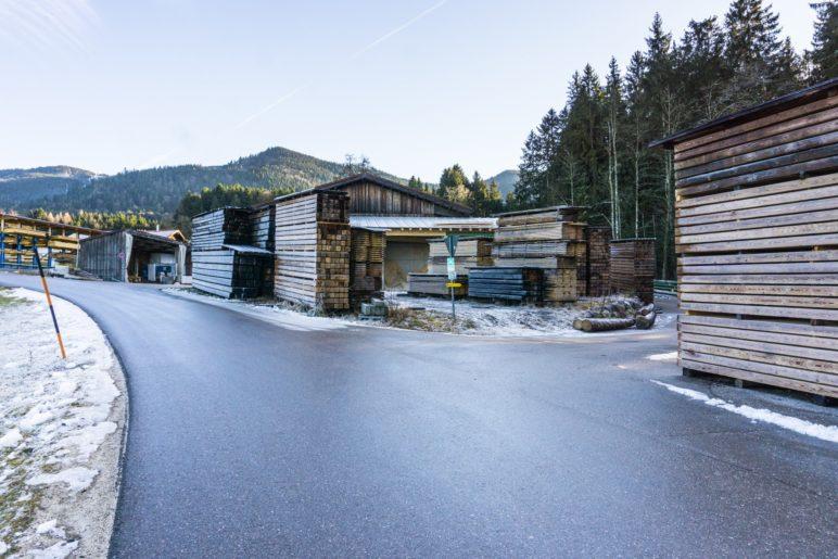 Hier zweigt die Straße ab, die über das Gelände des Sägewerks zum Wanderparkplatz im Wald führt