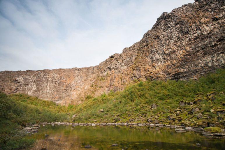 Der See Botnstjörn liegt direkt unterhalb der Felswände der Ásbyrgi-Schlucht