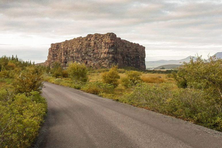Der Tafelberg Eyjan. Er ist nicht hoch, sieht aber dennoch beeindruckend aus