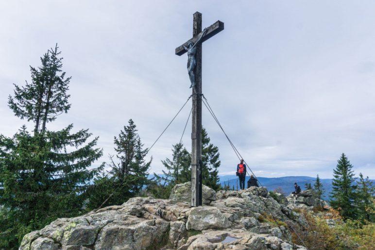 Das Gipfelkreuz auf dem 1453 Meter hohen Rachel