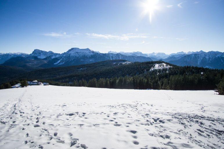 Der Blick vom Gipfel auf die Stoißer Alm und den dahinter liegenden Hochstaufen