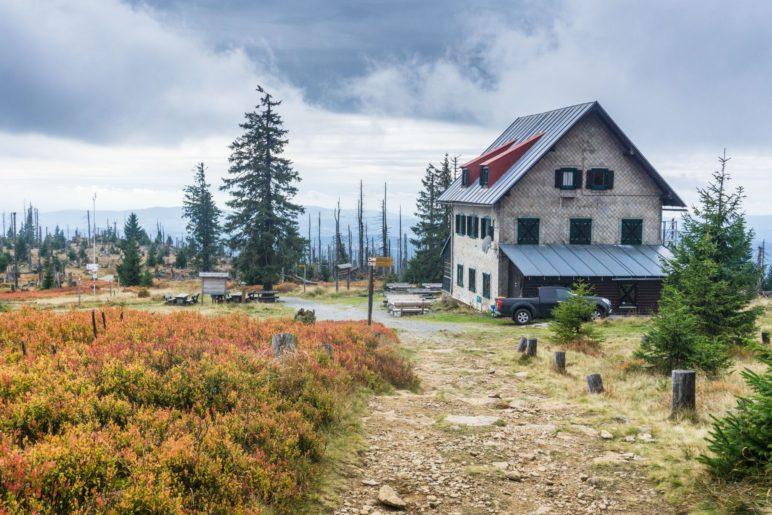 Das Waldschmidthaus, das 100 Meter unterhalb des Rachel-Gipfels steht