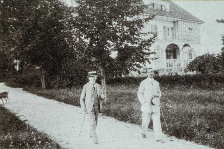 Das einzige Foto von Bauschan. Leider zeigt die Fotografie seinen Kopf nicht. Das Foto zeigt Thomas Mann mit seinem Schwiegervater Alfred Pringsheim