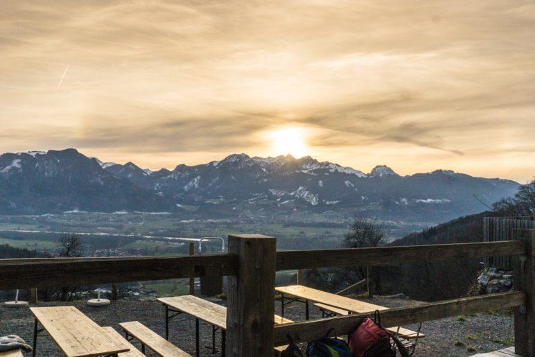 Von der Terrasse der Dandlberg-Alm haben wir diesen Ausblick in Richtung Inntal- und Mangfallberge