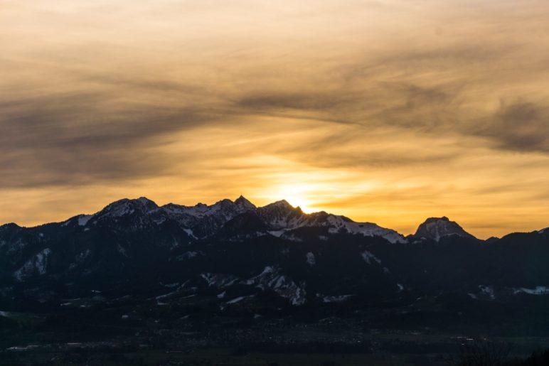 Sonnenuntergang hinter dem Wendelstein, von der Terrasse der Dandlberg-Alm aus gesehen