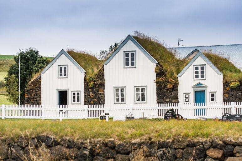 Drei der fünf Häuser von Grenjaðarstaður