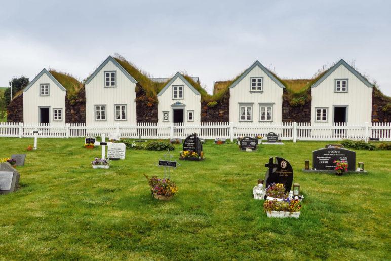 Auf diesem Foto sieht man die neueren Grabsteine auf dem Friedhof