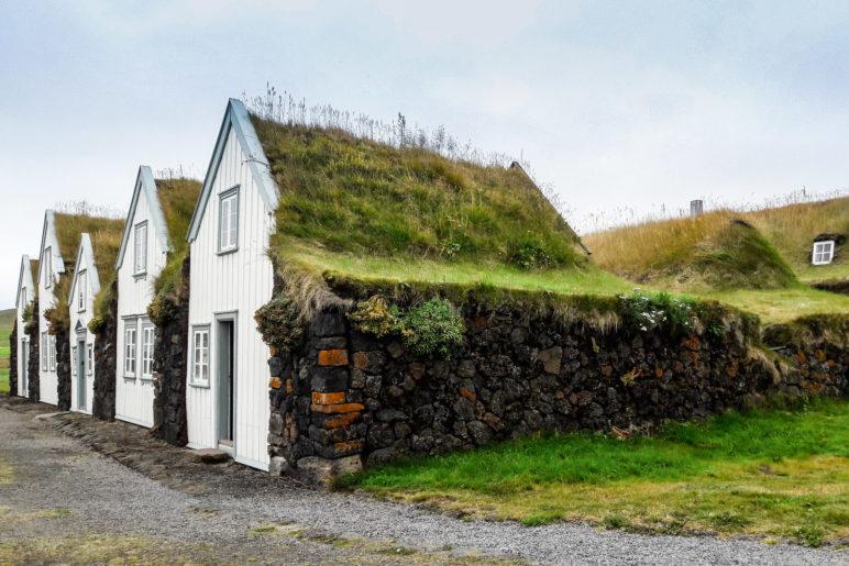 Die Grassodenhäuser mit Lavasteinwänden von der Seite aus gesehen