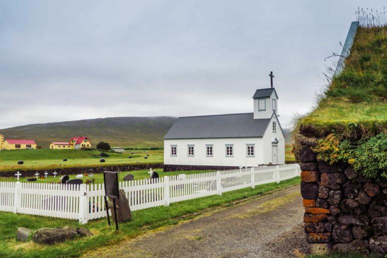 Ein Blick auf Friedhof und Kirche