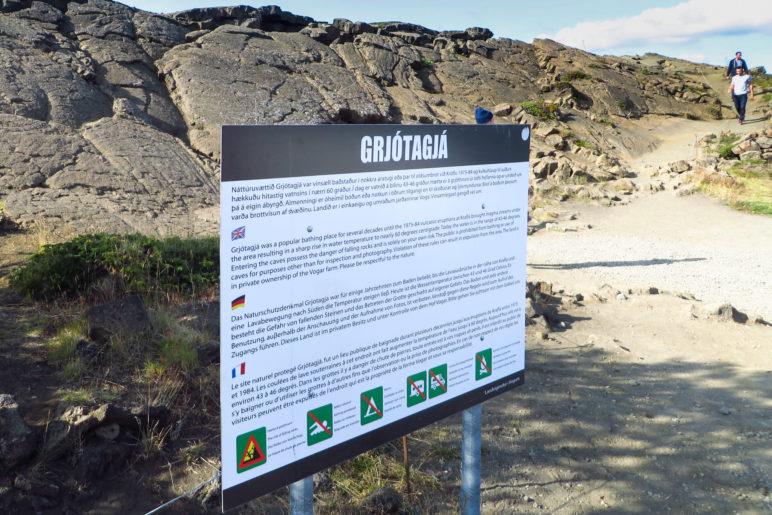 Hinweisschild am Eingang zur Grjótagjá-Höhle: Unter anderem ist Baden in der Höhle verboten