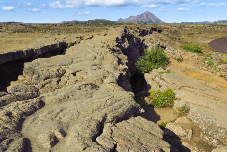 Auf dem Riss der Grjótagjá-Verwerfung: Links ist die amerikanische Platte, rechts die eurasische