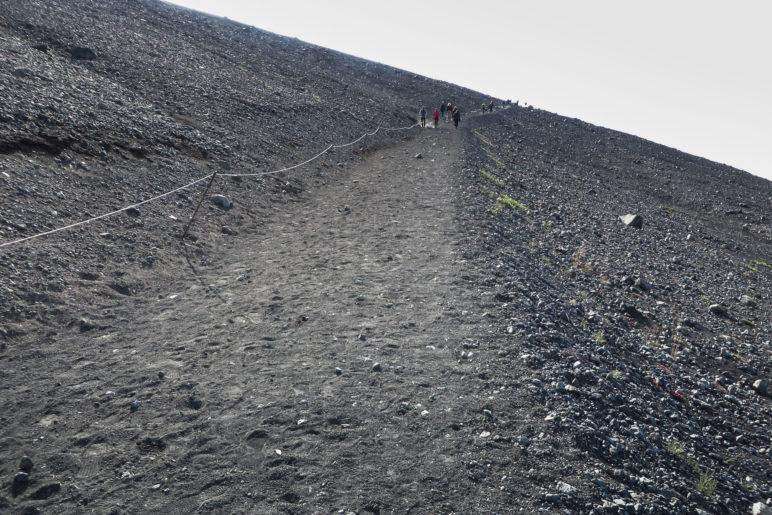 Der Aufstiegsweg zum Kraterrand