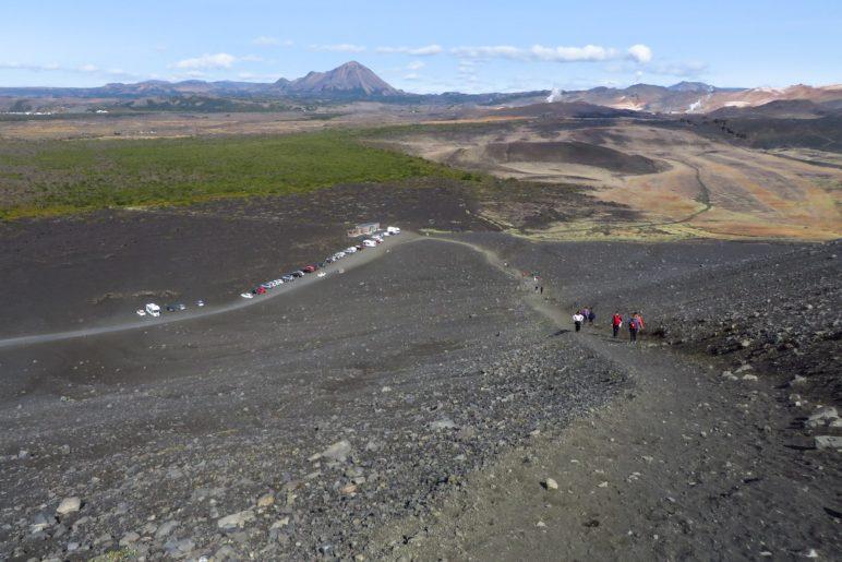 Der HV1, vom Kraterrand aus gesehen. Unten das Infozentrum und der Parkplatz
