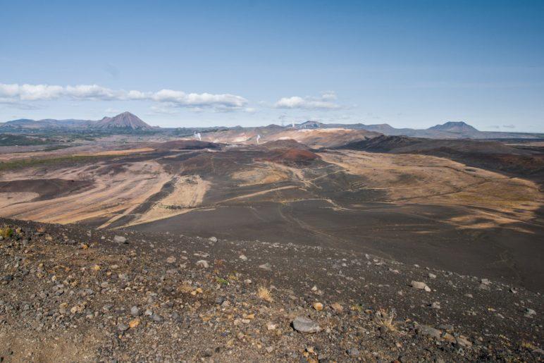 Nördlich liegt das Hverir-Geothermalgebiet. Die aufsteigenden Wasserdampfsäulen sind gut zu erkennen