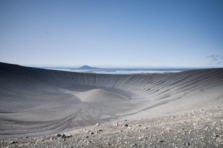 Blick ins Innere des Hverfjall. Im Bildhintergrund ist der Mývatn zu sehen