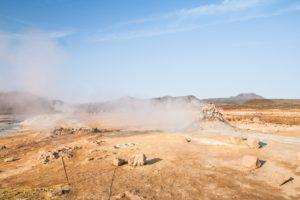 Weißer Dampf zieht über das Námafjall- und Hverarönd-Gebiet