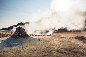 Dampfende Steinhaufen, die Fumarolen. Eine urtümliche Landschaft