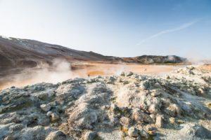 Dampfende Steinhaufen gibt es einige im Hverir-Gebiet, ide Fumarolen und Solfatare