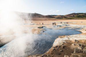 Wasserdampf steigt aus einem heißen Wasserloch auf