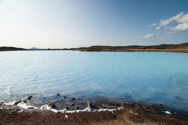 Blauer See unter blauem Himmel
