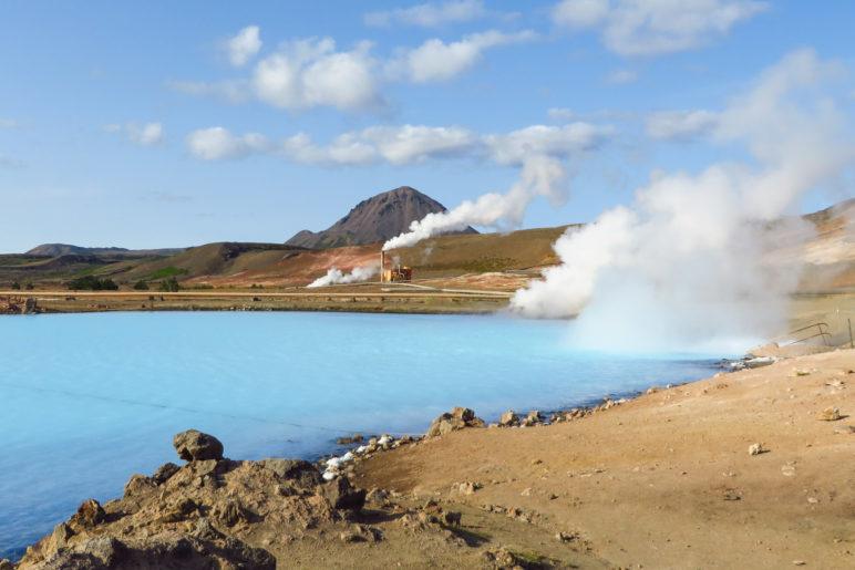 Direkt an der Ringstraße liegt dieser strahlend blaue See