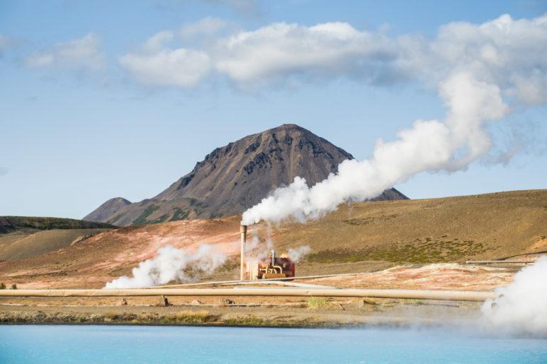 Das Bjarnarflag-Geothermalkraftwerk und der Blaue See. Im Hintergrund: der 771 Meter hohe Hlidarfjall
