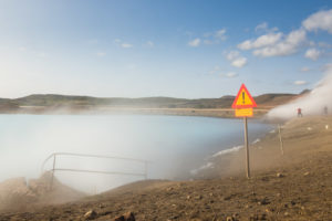 Das Seeufer ist vom Dunst des Wasserdampfs überzogen