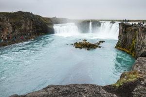 Das große Becken unterhalb des Goðafoss