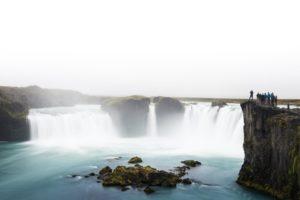 Der Wasserfall hinter seinem eigenen Schleier