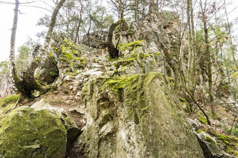 Wie eine große Steintreppe führen die Felsen hier hinauf