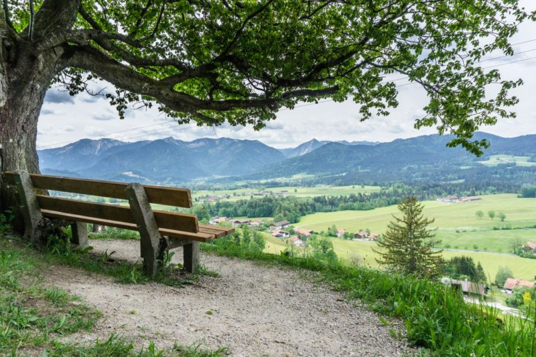Der Ausblick von der Habicht-Rast auf die Schlierseer Berge