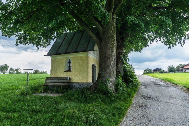 Vorbei an der kleinen Kapelle