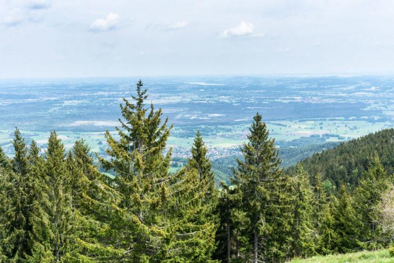 Der Blick nach Norden ins flache Voralpenland zwischen München und dem Chiemsee