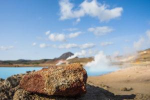 Ein Vulkanstein am Ufer des Blauen Sees