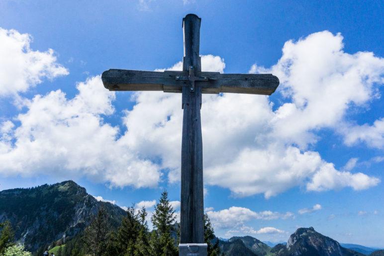 Das Gipfelkreuz der Rampoldplatte. Im Hintergrund der Gipfel der Hochsalwand und rechts der des Breitensteins