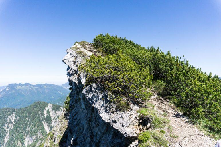 Der Gratweg direkt an der Kante der schrägen Felsen