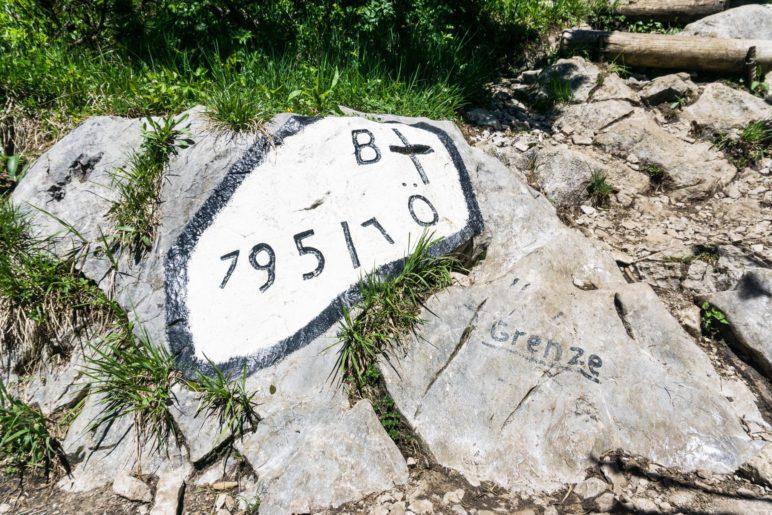 Die erste von vielen Grenzmarkierungen auf dem Gipfelgrat des Dürrnbachhorns