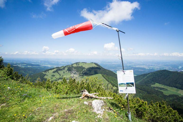 Der Windsack neben dem Startplatz der Paraglider
