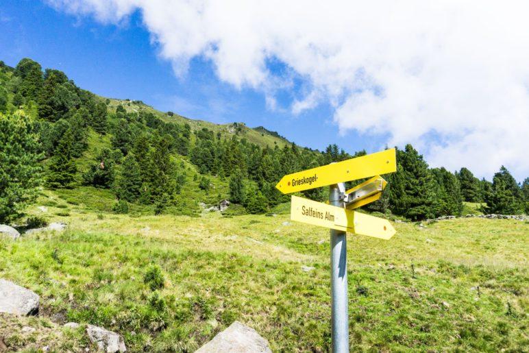 Der Abzweig zum Grieskogel, dessen Gipfel schon zu sehen ist