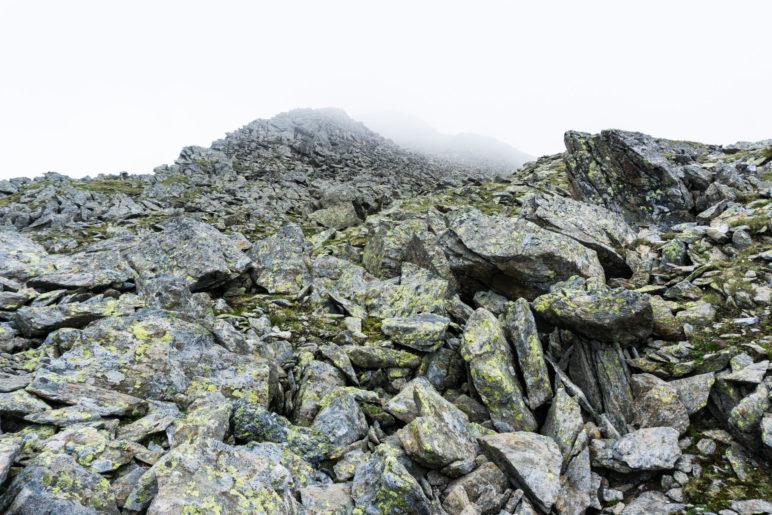 Nur noch Fels und Steinplatten