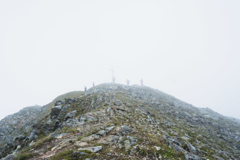 Das Gipfelkreuz des Gamskogels ist im Nebel gerade noch erkennbar