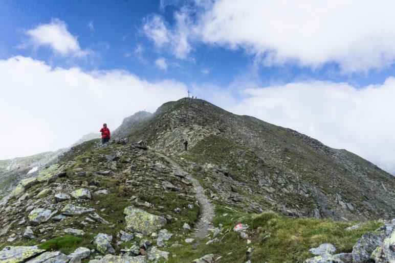 Kaum steigen wir wieder ab, ist der Gipfel des Gamskogel wolkenfrei