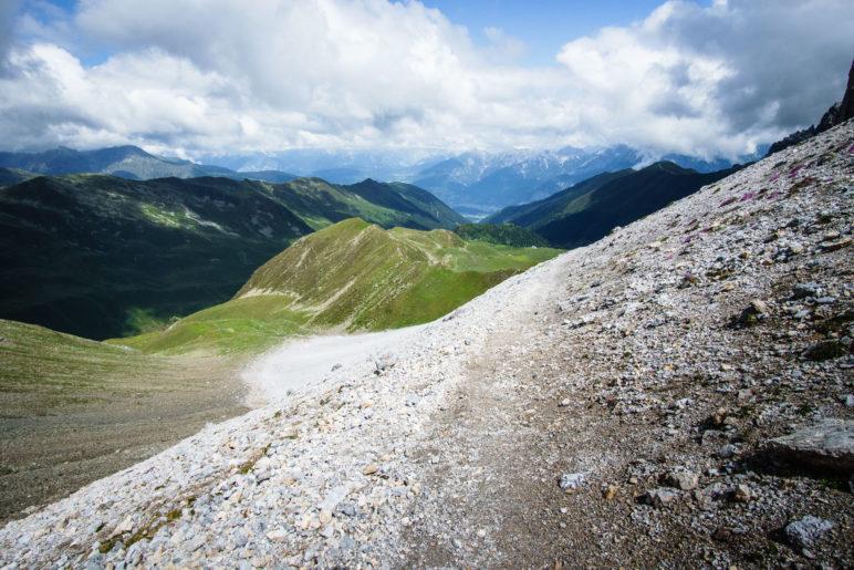 Der Weg zurück führt über das Schuttkar zurück ins Tal