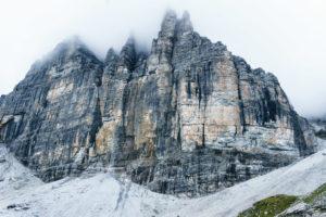 Steile Wand im Nebel