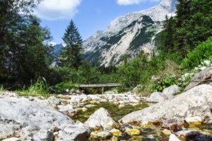 Pause auf den Kiesbänken des Karwendelbachs