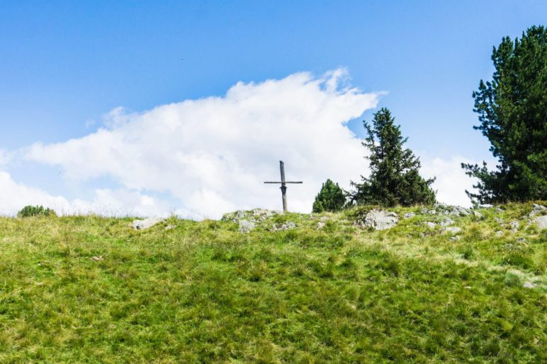 Das kleine Holzkreuz auf dem Weg zum Salfeinssee